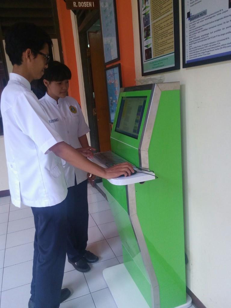 Mahasiswa sedang mengakses free internet and computer