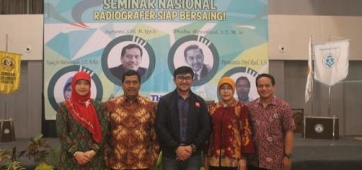 Prabu Revolusi berpose dengan Bapak Direktur Poltekkes Semarang dan Ibu, serta Ketua dan Sekretaris Jurusan