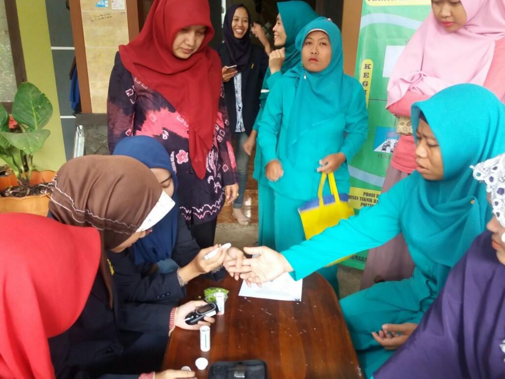 Ibu Ketua Jurusan membimbing mahasiswa dalam pemeriksaan kesehatan
