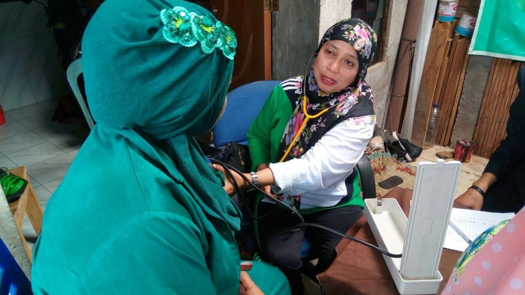 Ibu Kaprodi DIV Teknik Radiologi Memeriksa Tekanan Darah peserta pengabmas