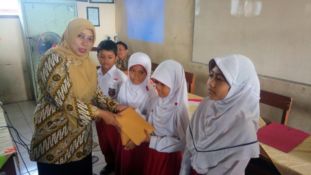Pemberian hadiah kepada siswa yang aktif