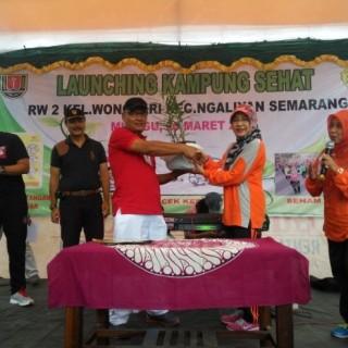 Penandatangan Kerjasama RW II dengan Ketua Jurusan TRR disaksikan oleh Bapak Lurah Wonosari, Bapak Camat Ngaliyan dan secara simbolik dengan penyerahan tanaman jahe