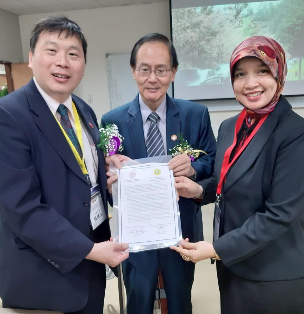 Ibu Fatimah bersama Mr. Chien-Fa Chang /Presiden TWSRT (kiri) dan Mr. Tzyy-Jeng Soong (tengah) perwakilan Kementerian LN Taiwan